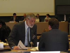 IPPNW co-president Ira Helfand explains nuclear famine to OEWG delegate in Geneva.